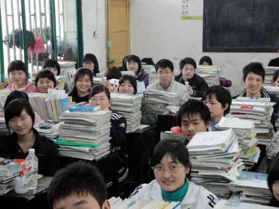 Middle school students in Hunan briefly distracted from the dreaded gao kao by the presence of a foreigner.